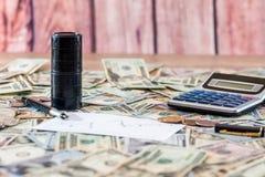 2 черных бочонка с маслом, банкнотами доллара сбывания макроса диаграммы дела динамически Калькулятор Стоковые Фото