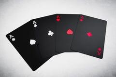 4 черных покрашенных туза на таблице карточки топят играть покер королевский Стоковая Фотография