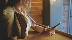 Чернь женщины онлайн связи усмехаясь отправляя SMS видеоматериал