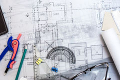 Чертежи планирования конструкции на таблице с карандашами, правителе Стоковые Фотографии RF