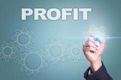 Чертеж бизнесмена на виртуальном экране знаки профита доллара принципиальной схемы чалькулятора Стоковое Изображение