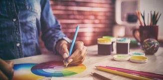 Чертеж график-дизайнера на диаграмме цвета Стоковые Изображения