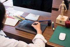 чертеж дизайнера по интерьеру на графической таблетке на офисе художник wo Стоковое Фото