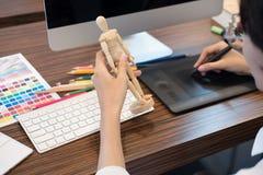 чертеж дизайнера по интерьеру на графической таблетке на офисе художник wo Стоковые Изображения RF