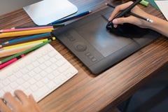чертеж дизайнера по интерьеру на графической таблетке на офисе художник wo Стоковое фото RF