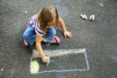 Чертеж девушки с мелом тротуара Стоковое Фото