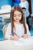 Чертеж девушки с ручкой эскиза на столе Стоковые Фотографии RF