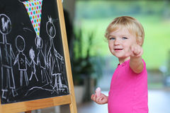 Чертеж девушки Preschooler на черной доске Стоковая Фотография RF