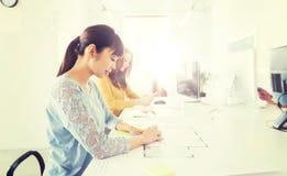 Чертеж женщины архитектора на светокопии на офисе Стоковое Изображение RF