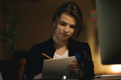 Чертеж женщины дизайнерский в офисе Стоковое Изображение RF