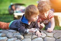 Чертеж мальчика и девушки с тротуаром белит мелом в парке Стоковое Изображение