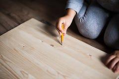 Чертеж маленькой девочки на деревянной панели Стоковые Фото