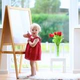 Чертеж маленькой девочки на whiteboard Стоковая Фотография