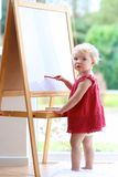 Чертеж маленькой девочки на whiteboard Стоковое Изображение RF
