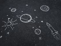 Чертеж мела Космос, планеты и звезды покрашенные ` s детей Стоковые Изображения