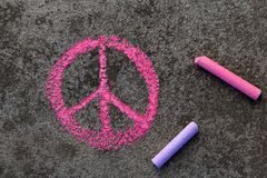 Чертеж мела: Розовый символ мира стоковые изображения rf