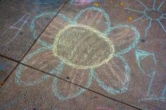 Чертеж мела тротуара цветка ребенка красочный Стоковая Фотография RF