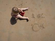 Чертеж младенца на песке Стоковое Изображение