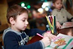 Чертеж ребенка в кафе Стоковое Изображение RF