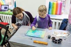 Чертеж ребенка с иглой на воде Искусство Ebru метод водяного поверхностного дизайна стоковая фотография rf