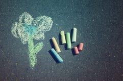 Чертеж ребенка цветка и красочных мел Стоковое Изображение RF