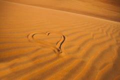 Чертеж романтичного сердца в арабской пустыне песка стоковая фотография