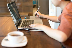 Чертеж руки графического дизайна студента на коврике для мыши ручки Стоковые Фотографии RF