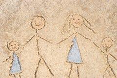 Чертеж семьи в песке Стоковые Изображения