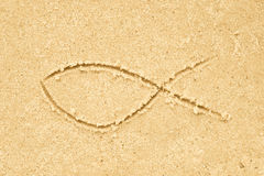 Чертеж символа рыб Иисуса в песке Стоковые Фотографии RF