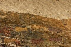 Чертеж утеса длинных прошлых людей Сан (бушмена) в заповеднике Kwazulu Natal пещеры замка Giants Стоковые Фотографии RF