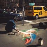 Чертеж художника улицы с мелом Стоковые Фото