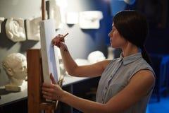 Чертеж художника женщины от скульптур гипсолита Стоковое Изображение RF