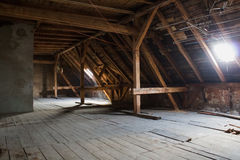 Чердак, старая просторная квартира/крыша перед конструкцией Стоковые Фотографии RF
