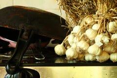 Чесноки положенные на пакостную сцену плиты Стоковые Изображения RF