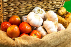 Чеснок и картошка томата на мешке Стоковые Фото