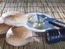 Чеснок и перец хлеба плюшки бургера задавленные на верхней деревянной таблице Стоковое Изображение RF