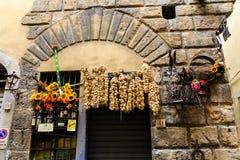 Чеснок на стене вне итальянского рынка Стоковые Изображения RF