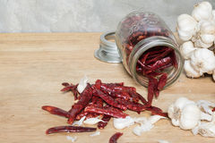 Чеснок перца Chili на деревянном столе Стоковое Изображение RF