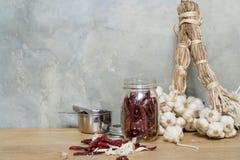 Чеснок перца Chili на деревянном столе Стоковое Фото