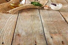 Чеснок, укроп, сметана и оливковое масло на красивом винтажном ба стоковая фотография