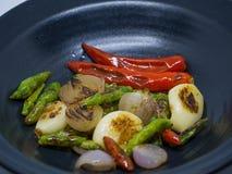 Чеснок, chili, лук, свежие ингридиенты стоковое фото rf