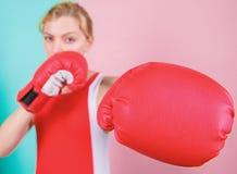 Честолюбивые перчатки бокса боя девушки Женские права Я иду пнуть вас  Уверенный в ее кладя в коробку навыке Бокс стоковое фото