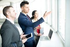 Честолюбивый бизнесмен указывая к окну стоковые фото