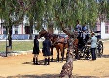 Четырехколесный экипаж вытягиванный 2 лошадями в парке с деревьями стоковое фото rf