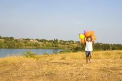 Четырехклассная девушка бежать с воздушными шарами Стоковая Фотография RF