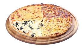 Четырехшпиндельная покрывая пицца семьи на деревянном столе стоковые фотографии rf