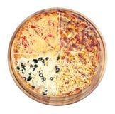 Четырехшпиндельная покрывая пицца семьи на деревянном столе стоковое изображение rf