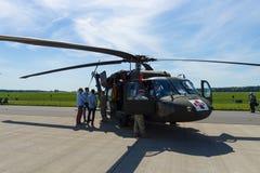 Четырех-лопастное, двухмоторный, САНИТАРНЫЙ хоука черноты вертолета HH-60M средств-подъема общего назначения стоковая фотография rf