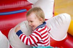 Четырёхлетний ребенк играя на батуте Стоковое Фото
