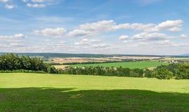 Чехия зеленого ландшафта сельской местности лета Стоковые Фото